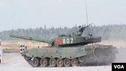 比赛中的中国96A坦克 (美国之音白桦 拍摄)