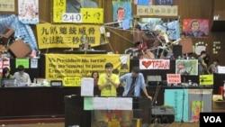 台湾抗议两岸服贸协议学生持续占据立法院议场(美国之音张永泰拍摄)