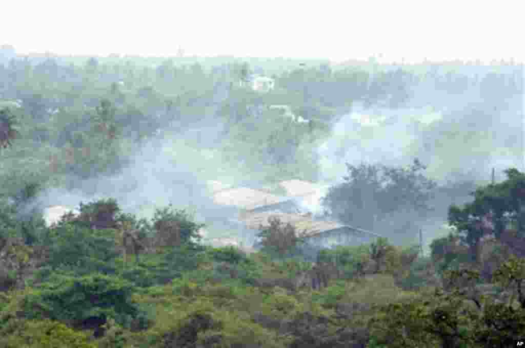 Moshi umetanda kwenye kambi ya jeshi ya Ngongo la Mboto, nje kidogo ya Dar es Salaam kufuatia milipuko ya bomu. Februari 16 2011
