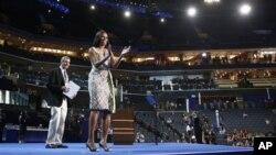 Ibu negara Michelle Obama tampil di panggung di Time Warner Cable Arena di Charlotte, North Carolina (3/9), sementara panitia konvensi Partai Demokrat melakukan tes kamera sebagai persiapan acara konvensi hari Selasa.