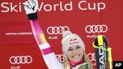 Lindsey Vonn celebra su victoria número 63 en Copas Mundiales de esquí, todo un record.