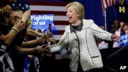 Uzmanlar, ulusal kamuoyu yoklamalarında önde giden ve yoğun süperdelege desteğine sahip Hillary Clinton'un Güney Carolina önseçimlerini kazanmasıyla bilrlikte adaylık yolunu kolayladığı görüşünde.