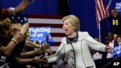 27일 민주당 대선 경선이 열린 사우스캐롤라이나주 콜롬비아에서 힐러리 클리턴 후보가 지지자들의 환호 속에 유세장에 입장하고 있다. 클린턴 후보는 경선에서 압승을 거뒀다.