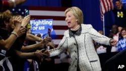 Hillary Clinton juste avant son discours de victoire à Columbia, en Caroline du Sud, le 27 février 2016. (AP Photo/Gerald Herbert)