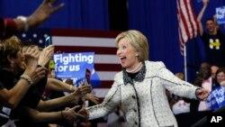 2016年2月27日民主党总统候选人希拉里·克林顿到达南卡罗来纳州民主党总统初选会场和支持者打招呼。