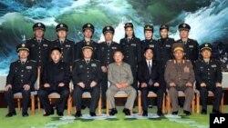 지난 2010년 10월 김정일 북한 국방위원장(앞줄 가운데)이 평양을 방문한 중국 중앙 군사위원회 대표들과 기념사진을 촬영하고 있다. (자료사진)