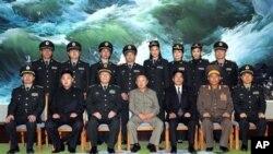 2010년 10월 25일, 중국 중앙 군사위원회 대표들을 환영하는 김정일 위원장 (앞줄 가운데. 왼쪽에서 두번째가 김정은)