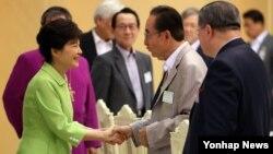 박근혜 한국 대통령이 19일 청와대에서 열린 기독교 지도자 오찬 간담회에서 참석자들과 인사하고 있다.