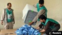 د انتخاباتو د کمیسیون کارکوونکي