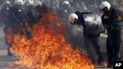 Jóvenes lanzaron piedras y bombas de gasolina en Atenas contra la policía antimotines que respondió con gases lacrimógenos.