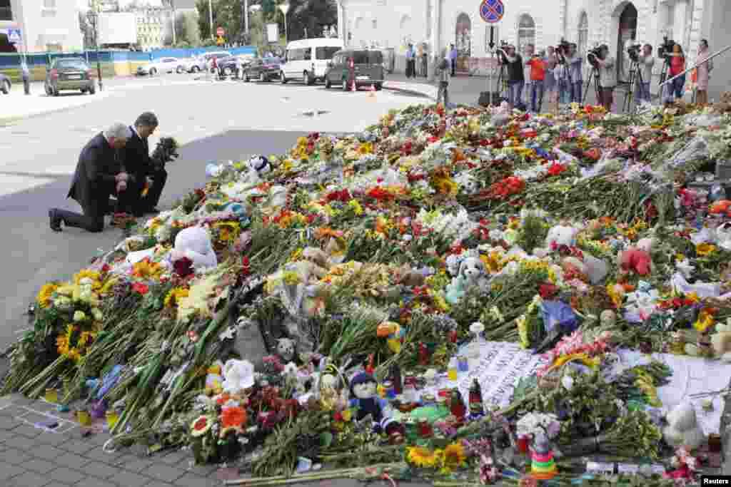 Presiden Ukraina Petro Poroshenko dan Duta Besar Belanda Kees Klompenhouwer mengenang korban pesawat Malaysia Airlines MH17 di luar Kedutaan Belanda di Kyiv.