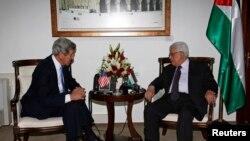 President wa Palestinian Mahmoud Abbas ari kumwe na secreteri wa departement ya Amerika John Kerry mu gisagara ca Ramallah, mu ntara ya Sisjordanie, kw'igenekerezo ry'7, ry'ukwezi kwa kane, mu 2013.