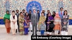 پشاور یونیورسٹی کے شعبہ بین الاقوامی تعلقات کے طالب علموں کا ایک گروپ امریکی سفیر ڈیوڈ بیل کے ساتھ۔