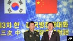 지난해 11월 서울에서 열린 제3차 한-중 국방전략대화에 앞서 백승주 한국 국방부 차관(오른쪽)과 왕관중 중국 인민해방군 부총참모장이 악수를 나누고 있다. (자료사진)
