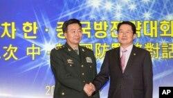 28일 서울에서 열린 제3차 한·중 국방전략대화에 앞서 백승주 한국 국방부 차관(오른쪽)과 왕관중 중국 인민해방군 부총참모장이 악수를 나누고 있다.