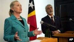 美國國務卿希拉里克林頓(左)於9月6日訪問東帝汶時發表講話