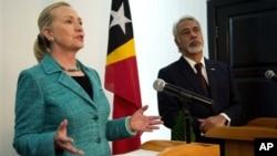 Menlu AS Hillary Rodham Clinton dan PM Timor Leste Xanana Gusmao dalam konferensi pers bersama di Dili, Kamis (6/9).