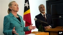 美國國務卿希拉里.克林頓(左)於九月六號訪問東帝汶時在記者會上發言﹐旁為東帝汶總理古斯芒。