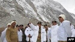 ນາຍພົນ Ashfaq Kayani ຫົວໜ້າກອງທັບປາກິສຖານ(ກາງ) ໄປຢ້ຽມຢາມສະຖານທີ່ ແຫ່ງນຶ່ງໃກ້ໆກັບບ່ອນຫິມະພັງຖະຫລົ່ມລົງ ທັບຄ້າຍທະຫານແຫ່ງນຶ່ງ ໃນເຂດພູເຂົາ Siachen Glacier. ວັນທີ 9 ເມສາ 2012.