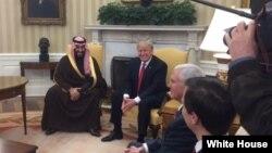 El presidente Trump posa para la prensa con el príncipe Mohammed bin Salman bin Abdulaziz Al Saud, Ministro de Defensa del Arabia Saudita y segundo en la línea de sucesión al trono.