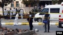 Polisi Turki mengamankan lokasi ledakan bom dalam serangan bunuh diri di Istanbul tahun lalu (foto: dok). 8 polisi Turki tewas akibat ledakan ranjau hari Minggu (16/9).