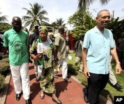 Ellen Johnson-Sirleaf, Présidente du Libéria et candidate du Parti de l'Unité, se promène dans sa résidence, à Monrovia, le 7 octobre 2011