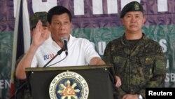 Presiden Rodrigo Duterte berbicara kepada pasukan Filipina di Kamp Teodulfo Bautista di Jolo, Sulu, Filipina (27/5).