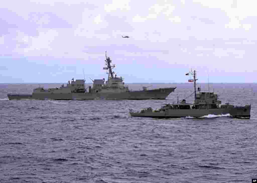 苏禄海 (2011年7月5日) - 美国导弹驱逐舰钟云号与一艘菲律宾海军护卫舰在联合训练中