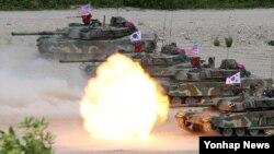 6일 한국 포항 해병대 훈련장에서 실시된 미·한 해병대 연합 공지전투훈련에 참가한 한국 해병대 K-1전차부대가 실사격훈련을 하고 있다.