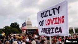 Người biểu tình giơ biểu ngữ ủng hộ những bị cáo đang bị truy tố trong vụ tấn công Điện Capitol Hoa Kỳ ở thủ đô Washington, Mỹ, ngày 18 tháng 9, 2021.