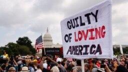 Sebuah poster dalam unjuk rasa mendukung para tersangka penyerangan Gedung Kongres AS atau Gedung Capitol pada 6 Januari lalu, di Ibu Kota AS, Washington D.C, Sabtu, 18 September 2021.