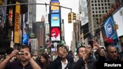 Para wisatawan mengambil gambar di sekitar Times Square, New York (Foto: dok). Amerika memberlakukan bebas visa selama 90 hari bagi turis Taiwan, yang berlaku mulai 1 November mendatang.
