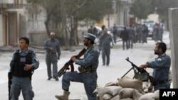 Cảnh sát Afghanistan gát tại địa điểm vừa xảy ra vụ tấn công tự sát trong thủ đô Kabul hôm 13/9/11