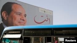 Un poster géant du président égyptien Abdel Fattah al-Sissi au Caire, en Égypte, le 25 mars 2018.