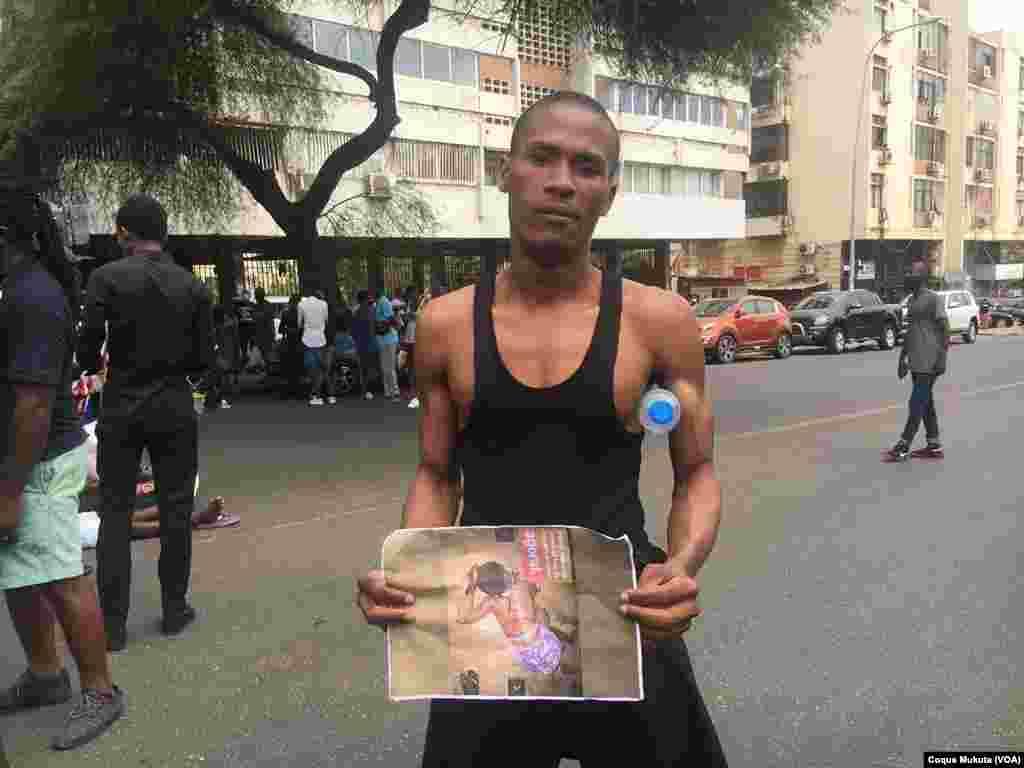 Manifestante mostra foto de vítima da violência policial