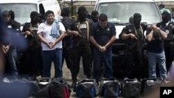 Polisi Nasional Nikaragua menunjukkan 18 wartawan gadungan yang menyelundupkan uang hasil transaksi narkoba. (Foto: Dok)