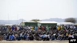 Des mineurs en grève sur le site d'extraction de platine de Marikana, le 20 août 2012.