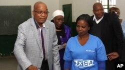 Ketua partai ANC, Presiden Afsel Jacob Zuma saat memberikan suara, Rabu (7/5). Jika ANC menguasai parlemen, Zuma diperkirakan akan terpilih untuk masa jabatan 5 tahun lagi.