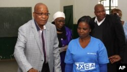 Presiden Afrika Selatan sekaligus pemimpin Partai ANC, Jacob Zuma, memberikan suaranya di Ntolwane, pedalaman provinsi KwaZulu Natal (7/5).