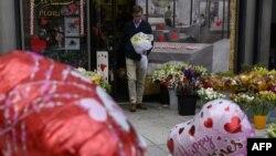 Seorang pria membeli bunga di sebuah toko bunga menjelang hari kasih sayang atau Valentine's Day tahun lalu (foto: ilustrasi).