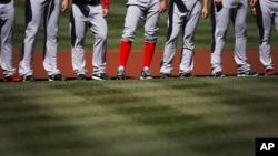 Los Medias Rojas se alinean durante la ceremonia inaugural de la temporada 2014 de las Grandes Ligas.