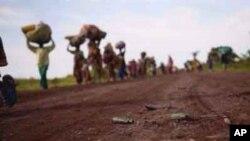 Wakimbizi wa Congo wakikimbia mapigano yanayoendelea nchini mwao