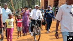 Le président Pierre Nkurunziza se rend au bureau de vote à vélo