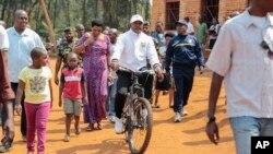 Pierre Nkurunziza, président du Burundi, se rendant à vélo au bureau de vote pour les élections législatives du lundi 29 juin 2015 (AP Photo/Gildas Ngingo)