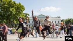 Para personil KotaK berpose di depan Gedung Putih di Washington, DC (foto: Christian Arya Winata)