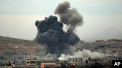 En la imagen, aviones cazas bombardean posiciones del grupo estado Islámico en Kobani, Siria.