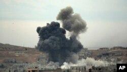 14일 시리아 쿠르드족과 ISIL간 치열한 교전이 계속되는 코바니 지역에서 미군 주도 공습이 있은 후 연기가 치솟고 있다.