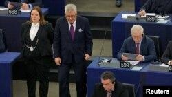 Anggota Parlemen Eropa dari Polandia, Ryszard Czarnecki (dua dari kiri) tiba di Parlemen Eropa, Strasbourg, Perancis, untuk ambil bagian dalam sesi pemungutan suara, 7 Februari 2018.
