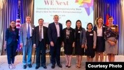 លោក William Heidt ឯកអគ្គរដ្ឋទូតអាមេរិកប្រចាំកម្ពុជាថតរូបជាមួយអ្នកចូលរួមនៅក្នុងកម្មវិធីគម្រោង «We Next» ឬ «ពួកយើងបន្ទាប់»កាលពីថ្ងៃទី១៤ ខែវិច្ឆិកា ឆ្នាំ២០១៨។ (Facebook/US Embassy Phnom Penh, Cambodia Page)