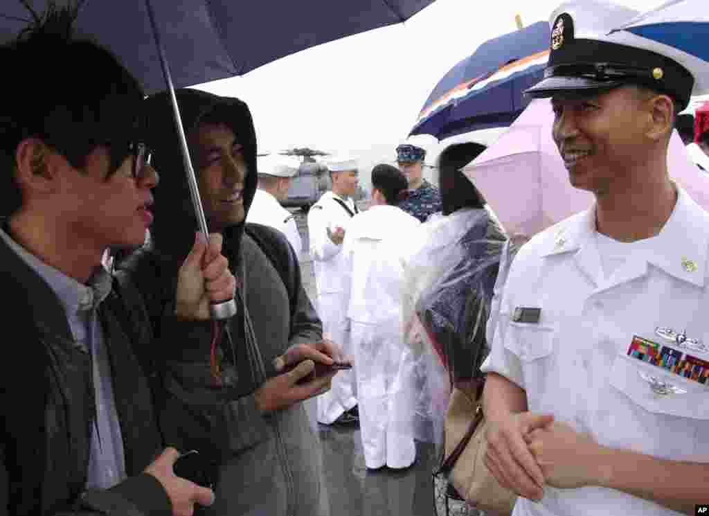 华裔军士长叶海棠接受采访